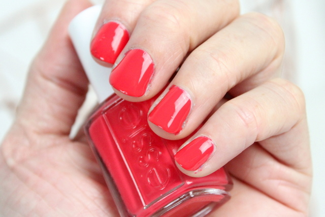 Essie Surf's Up Sunset Sneaks nagellak review 2